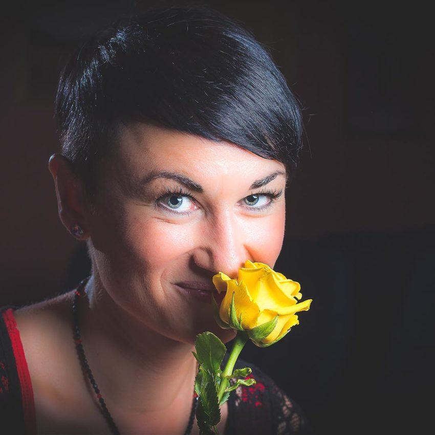 Bezaubernde Dame mit gelber Rose