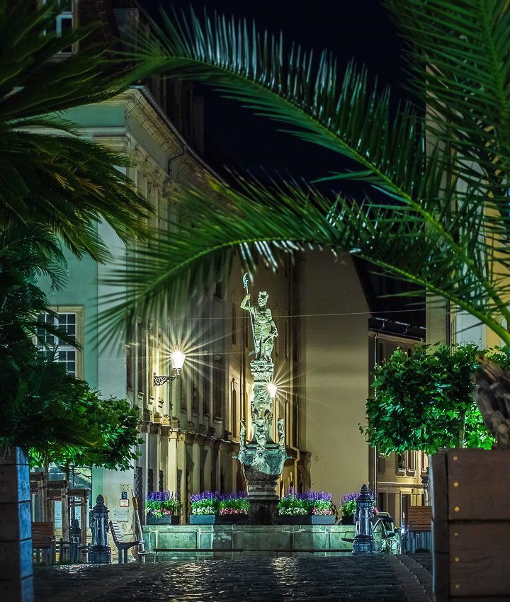 Rolandbrunnen unter Palmen