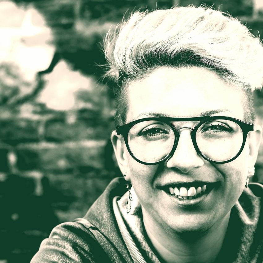 Dame mit neuer Brille